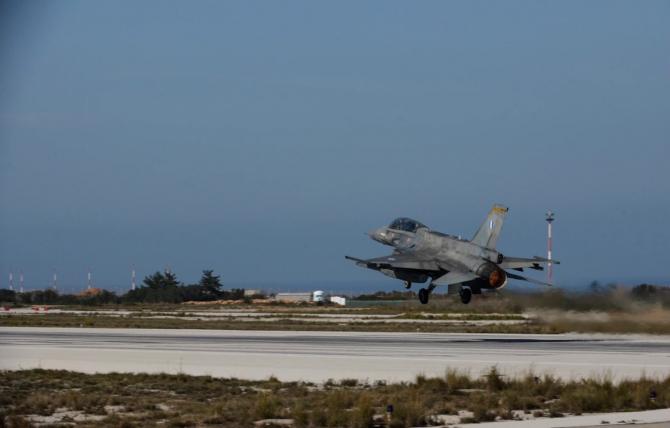 2. Un avion F... (f-16-grecia_09590900.jpg)