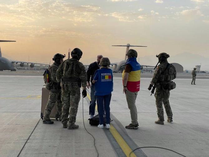 Cetățean român evacuat din Afganistan, cu aeronava C-130 Hercules a Forțelor Aeriene Române. Sursa Foto: Facebook MApN.