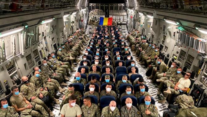 Militari români în timp ce se întorceau din Afganistan. Sursă foto: MApN