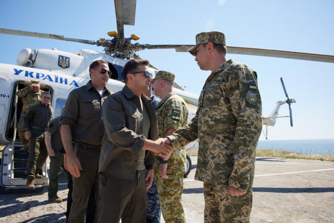 Președintele ucrainean Președintele ucrainean Volodimir Zelenski, în momentul aterizării pe Insula Șerpilor. Sursă foto: Administrația Prezidențială de la Kiev