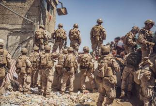 Soldaţi ai U.S. Marine asistă la menţinerea securităţii pe Aeroportul Internațional Hamid Karzai din Kabul, Afganistan, 29 august 2021. Sursa Foto: Departmen of Defense