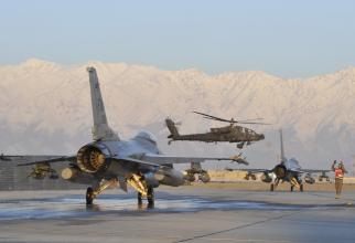 Avioane americane F-16 Fighting Falcon și un elicopter de tip Boeing AH-64 Apache, în timpul unei misiuni în Afganistan, operând de la baza Bagram, în 2014. Sursă foto: US Air Force