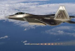 Un F-22 Raptor, lansând o rachetă AIM-120. Sursă foto: USAF via The Drive