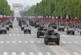 Armata Franței, defilând la Paris pe sub Arcul de Triumf. Sursă foto: Ministerul Apărării din Franța @Ministère des Armées