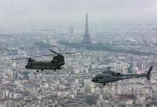 Un elicopter francez Fennec și un elicopter britanic CH-47 Chinook, într-un zbor deasupra Parisului în 2016. Sursă foto: Ministerul Apărării din Franța