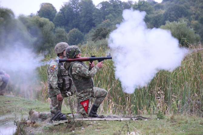 1. -imagine fara descriere- (armata-romana-lansator-soldati-instruire_05185400.jpg)