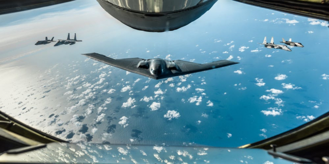 Un bombardier B-2 al US Air Force, alături de două F-35 britanice și două aeronave F-15 americane. Fotografie realizată dintr-un KC-135 Stratotanker. Sursă foto: US Air Force