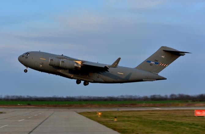 C-17 Globemaster III din flota Unităţii Multinaţionale de Transport Strategic care operează de pe Baza Aeriană Papa din Ungaria. Sursă foto: SACProgram.org