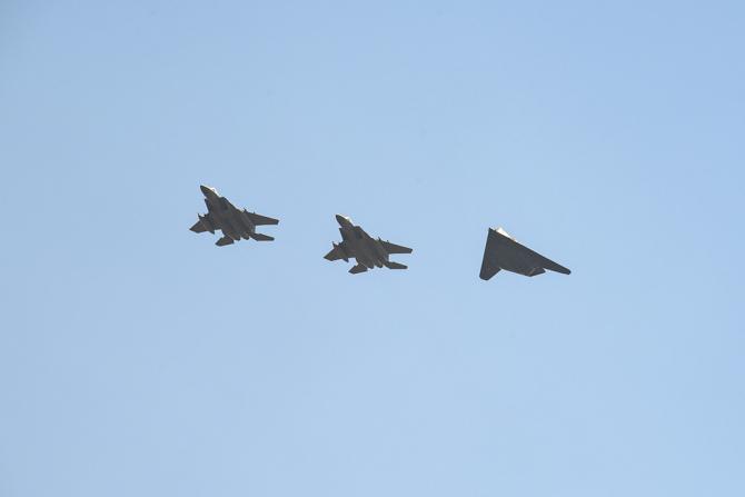 2. Două aeron... (f-15-f-117-nighthawk_38347700.jpg)