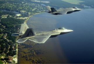 Un F-35, zburând alături de un F-22 Raptor. Sursă foto: BreakingDefense.com