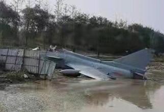 Avion chinez J-10, prăbușit într-un râu. Sursă foto: Captură video via Defence Blog