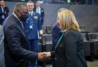 Secretarul american al apărării, Lloyd Austin și Simona Cojocaru, ecretarul de stat pentru politica de apărare, planificare și relații internaționale, la Reuniunea miniștrilor apărării din statele membre ale NATO. Sursă foto: Simona Cojocaru @official Fac