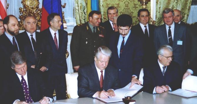 Semnarea Memorandumului de la Budapesta în 1994, între Bill Clinton, pe atunci președintele Statelor Unite ale Americii și Boris Elțîn, pe atunci președintele Federației Ruse. Sursă foto: Maidan of Foreign Affairs