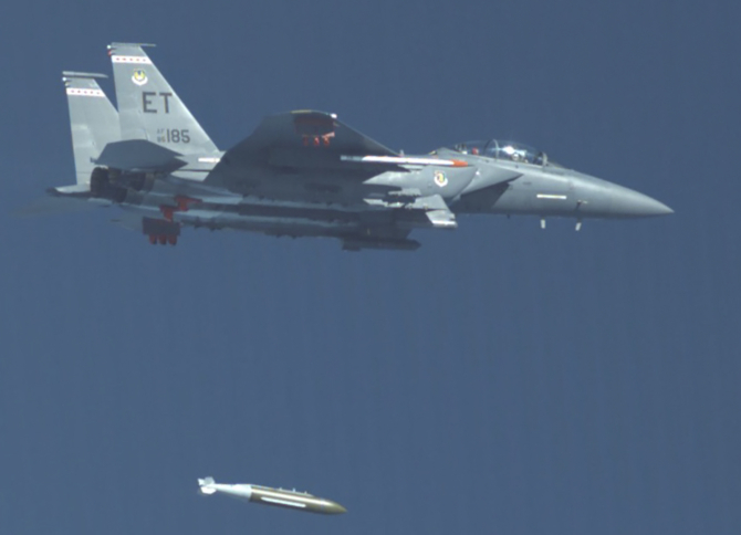 F-15E Strike Eagle, lansând GBU-72. Sursă foto: U.S. Air Force