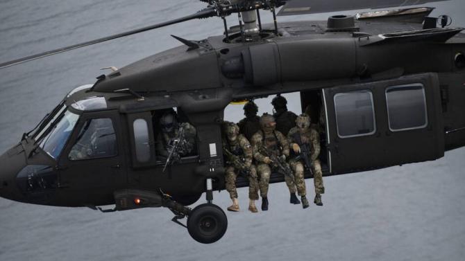 Forțele pentru Operații Speciale din Suedia, în timpul unui exercițiu, într-un elicopter Balck Hawk în configurație pentru forțele speciale. Sursă foto: Ministerul Apărării din Suedia